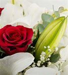 Kutuda Beyaz Lilyum ve Kırmızı Gül Aranjmanı