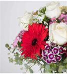Mutlu Eller Renkli Çiçek Aranjmanı