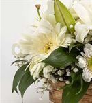 Mutlu Kalpler Beyaz Çiçek Sepeti Aranjmanı
