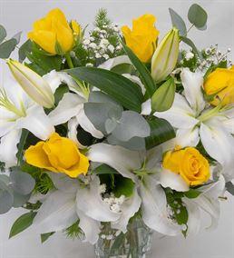 Minorka Vazoda Beyaz Lilyum ve Sarı Gül Aranjmanı