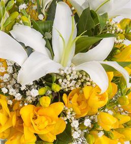 Şık Vazoda Sarı Frezya ve Lilyumlar Aranjmanı