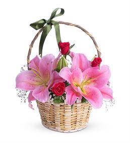 Zarif Eller Pembe Lilyum Kırmızı Gül Çiçek Sepeti
