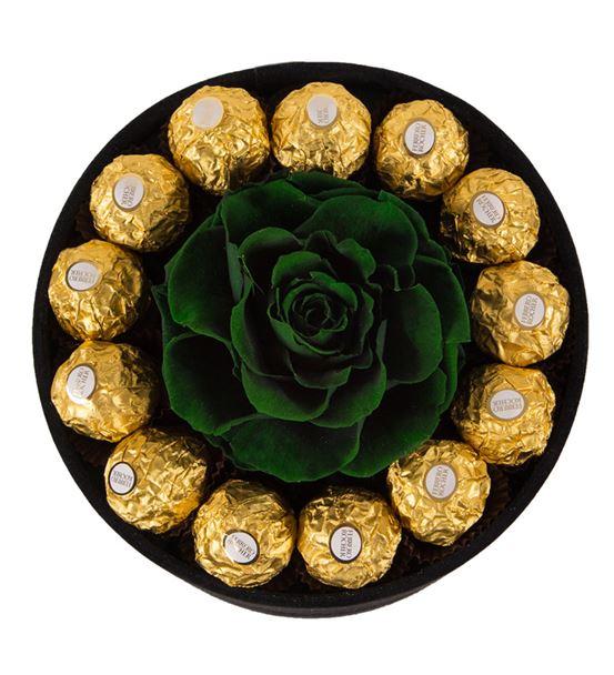 Kadife Siyah Kutuda Solmayan Güller ve Çikolata
