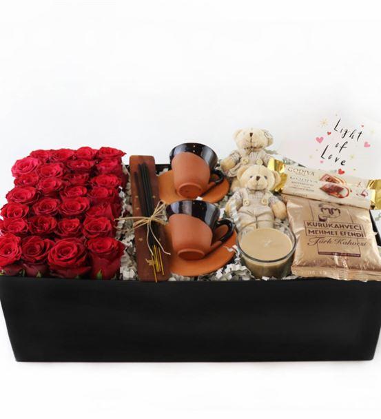 Kutu İçersinde Kırmızı Güller ve Türk Kahvesi