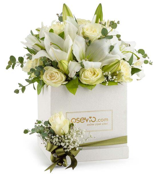 Kutuda Kar Tanesi Beyaz Lilyum ve Gül Çiçeği